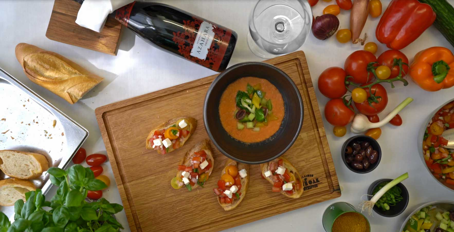 Tomaten Gazpacho mit Gemüse-Tapenade, Bruschetta, Feta-Käse & Basilikum